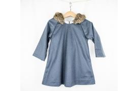 Vestido gris azulado con mini topitos metálicos y capucha con pelo de conejo