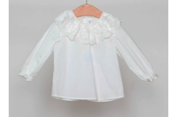 Camisa beige con volante bordado en el cuello