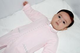 Pijama con abertura delantera y con bolsillos y pies de cuadros de vichy