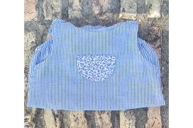 Ranita rayas azules con bolsillo florecitas en el pecho