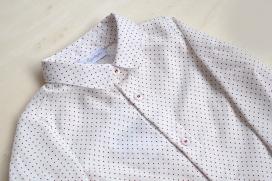 Camisa de lunares rojos