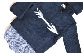 Jersey negro de punto con flecha en el pecho y capucha de niño