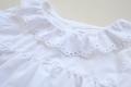 Camisa blanca volante con calados en el cuello