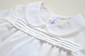 Camisa beige con cuello bebé y tablitas en el pecho
