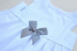 Vestido balnco con topitos y lazo en el pecho grises