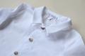 Camisa blanca con cuello con solapas de pico