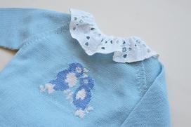 Camisa beige manga corta con volante calado en el cuello