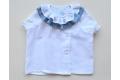 Camisa blanca con lunares tonos azules y dobl volante en el cuello