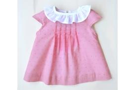 Vestido rosa palo de plumeti con cuello blanco y cubre pañales.