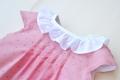 Vestido rosa palo de plumeti con cuello blanco