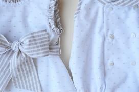 Pelele blanco plumeti beige y rayas en cuello y vivos de las mangas.