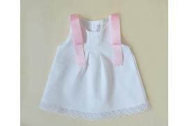 Vestido blanco de piqué con lazos rosas en los hombros