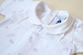 Pijama manga corta y abertura trasera nubes, paraguas y pollitos