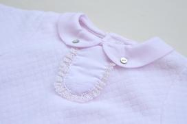 Pijama tundosado con cuello bebé y detalle de encaje en ele pecho.