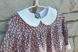 Vestido morado con estampado de mariposas y cuello bebé
