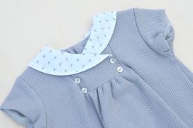 Vestido gris de punto con cuello de plumeti